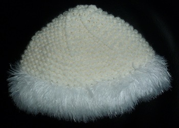 CREATION BONNET FEMME TRICOTE MAIN EN BLANC BORD STYLE FOURRURE