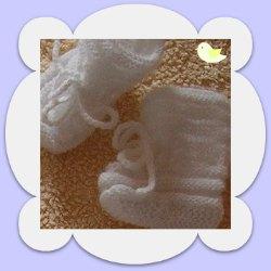 création chaussons naissance blancs tricotés mains