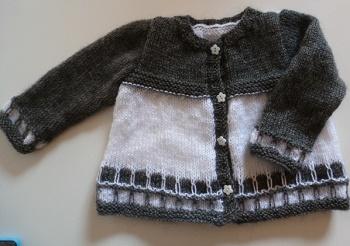 veste bébé gris foncé et clair, tricotée main point bicolore